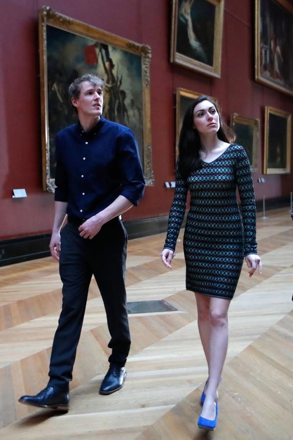 Tak ketinggalan, pasangan ini diajak menjelajahi isi Museum Louvre dengan koleksi lebih dari 35 ribu buah benda seni yang tak ternilai harganya. (Reuters)