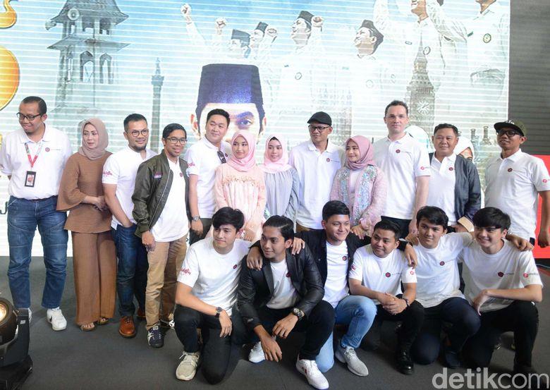 Prilly Latuconsina dan para pemain film Negeri 5 Menara saat ditemui di kawasan Gatot Subroto, Jakarta Selatan pada Kamis (2/5). Pool/Ismail/detikFoto.