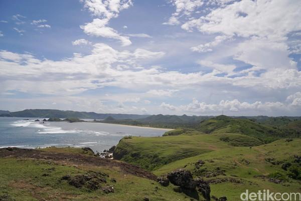 Dari atas Bukit Merese traveler bisa melihat kawasan Tanjung Aan. Jika kuat, harus kelilingi semua hamparan bukit dan turun ke pantainya ya. (Syanti/detikcom)