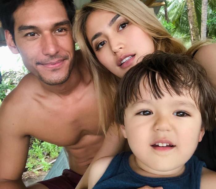 Berpacaran sekitar satu tahun, Richo Kyle sudah akrab dengan anak Jedar, El Barack. Ketiganya kerap habiskan waktu liburan bersama ke luar negeri. Foto: Instagram inijedar