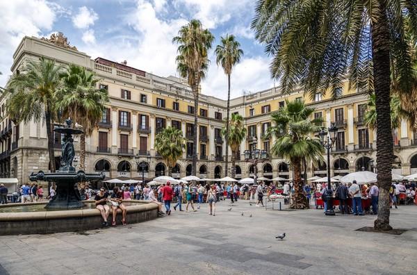 Plaza Reial atau bahasa setempatnya Placa Reial merupakan kawasan alun-alun di Barcelona yang merupakan destinasi wisata. Selalu ramai oleh turis (iStock)