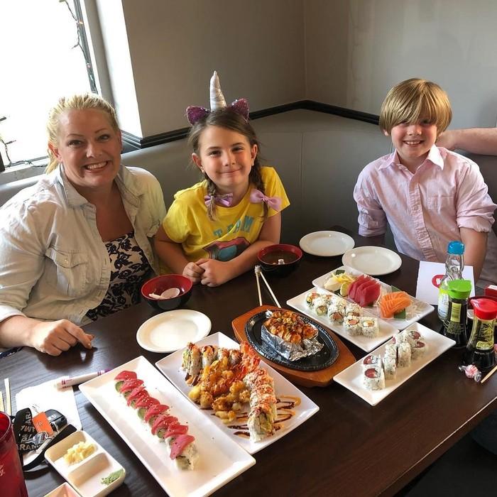 Tuh kan Lexi memang penggemar sushi. Ada banyak sushi yang dipilihnya. Mulai dari salmon sushi hingga sushi roll. Foto: Instagram lexi_rabe
