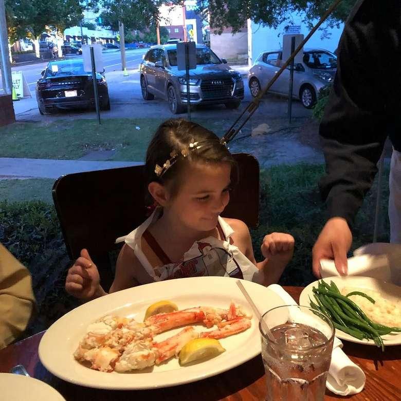 Lexi juga penyuka seafood. Capit kepiting ini jadi pilihannya saat santap malam bersama keluarga. Foto: Instagram jessicasrabe Foto: Instagram lexi_rabe