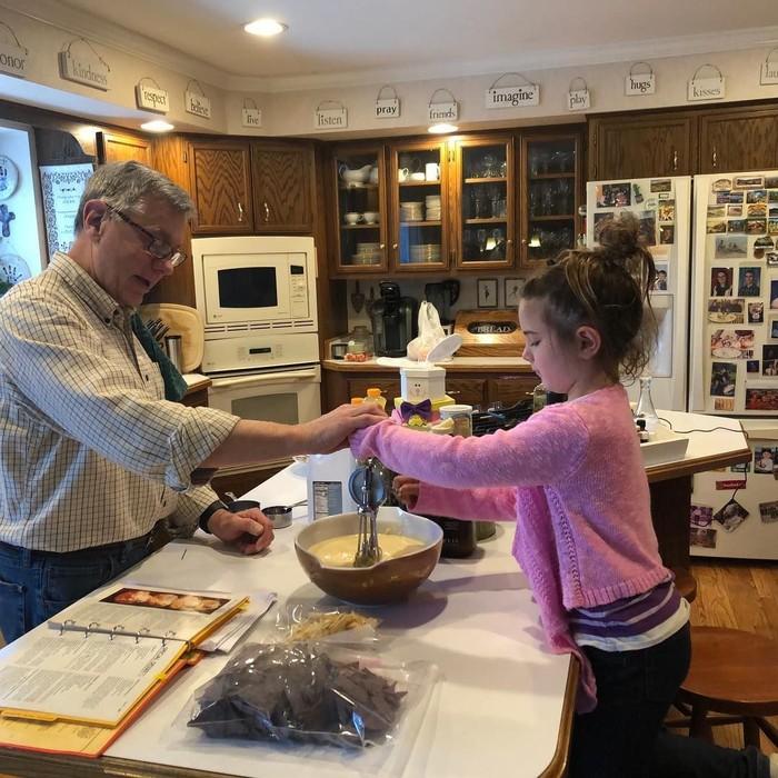 Sama seperti gadis cilik lainnya, Lexi juga suka bermain di dapur. Kali ini ia berusaha membantu seorang pria yang ia sebut pappy dalam membuat crepes. Foto: Instagram lexi_rabe