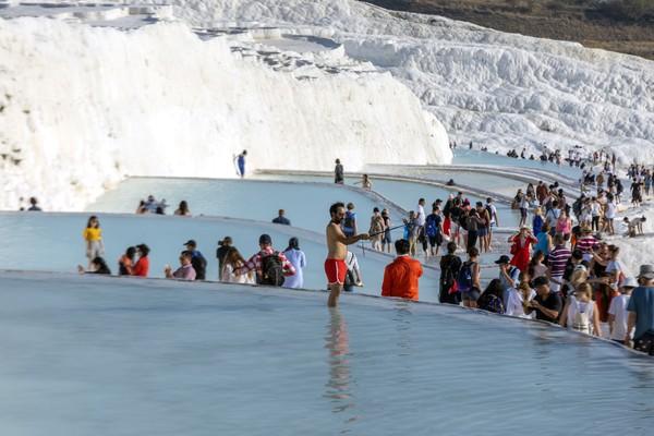 Biasanya, pengunjung yang datang memanfaatkan air panas Pamukkale sebagai tempat spa atau pun terapi. Pengunjung percaya, dengan berendam di kolam air panas mengalir yang kaya akan kandungan mineral, bisa mengobati penyakit rematik, kulit dan kelelahan syaraf. (iStock)