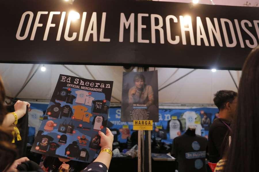 Penonton Serbu Merchandise Sebelum Ed Sheeran Konser di GBK