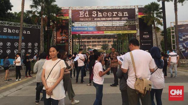Suasana menjelang konser Ed Sheeran di SU GBK, Jumat (3/5).