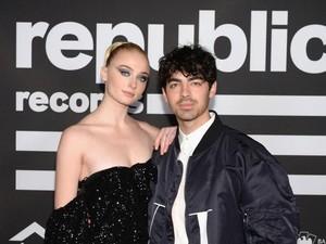 Mendadak Nikah dengan Joe Jonas, Sophie Turner Pakai Jumpsuit Rp 9,2 Juta