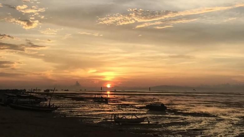 Pantai Sanur, salah satu pantai di timur pulau Bali yang menjanjikan pemandangan matahari terbit yang memukau. Wajib ke sini lihat view cantiknya!