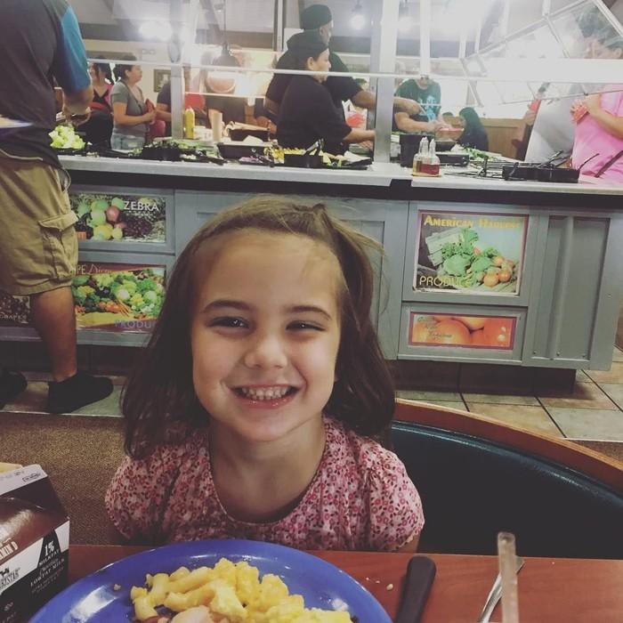 Gadis cilik yang kerap dipanggil Lexi ini memerankan tokoh Morgan Stark, anak dari Tony Stark dan Pepper Potts. Kalimat yang diucapkannya pada Iron Man pun jadi viral. Ya, I love you 3000! Foto: Instagram lexi_rabe