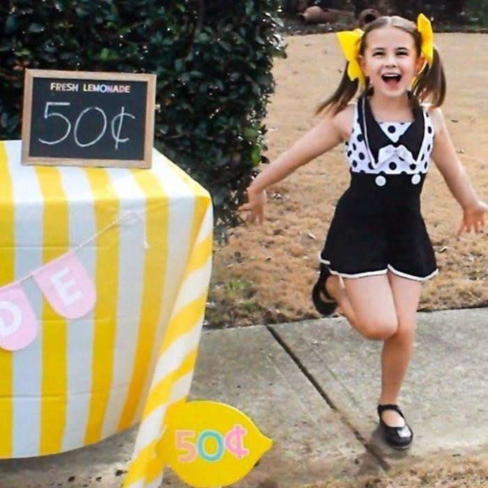 Beini keceriaanya saat menjadi penjual lemonade. Kalau Lexi yang jual pasti banyak yang beli, nih. Hihi Foto: Instagram lexi_rabe