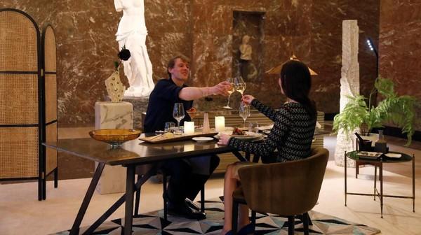 Setelah itu, pasangan mahasiswa Northumbia University Inggris ini menikmati sesi makan malam romantis di depan patung Venus de Melo yang terkenal itu. (Reuters)