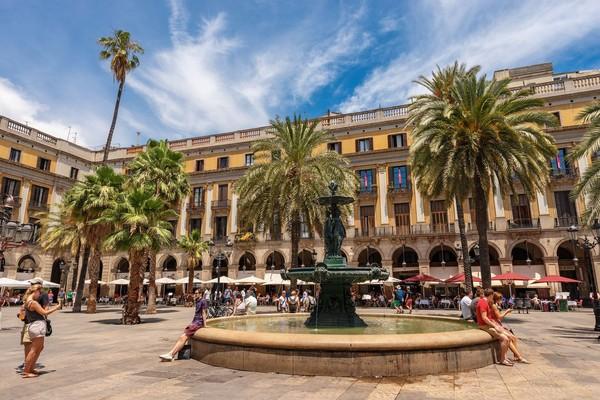 Plaza Reial dibangun atas perintah raja Spanyol, King Ferdinand VII di tahun 1800-an (iStock)