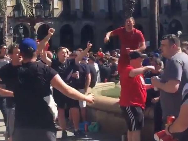 Beberapa jam sebelum pertandingan, ternyata fans Liverpool berbuat ulah. Mereka mabuk-mabukan sampai menyerang turis dengan mendorongnya ke air mancur di Plaza Reial (Twitter)
