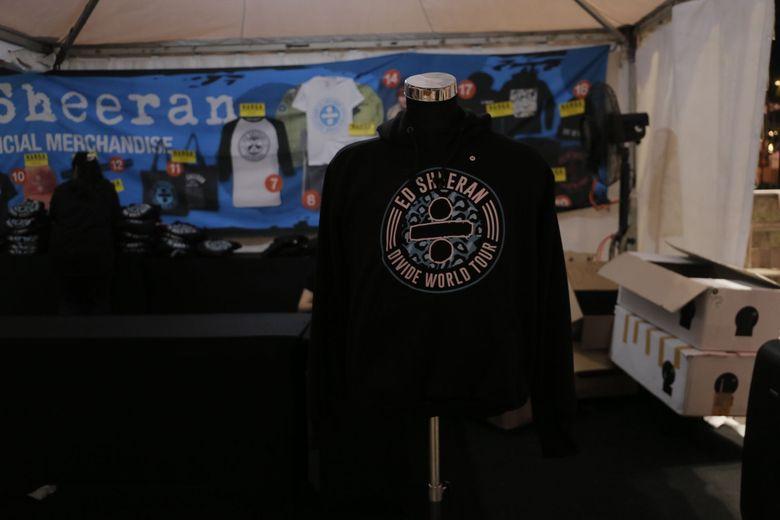 Beberapa merchandise Ed Sheeran dijajakan di booth tersebut. Foto: Asep Syaifullah