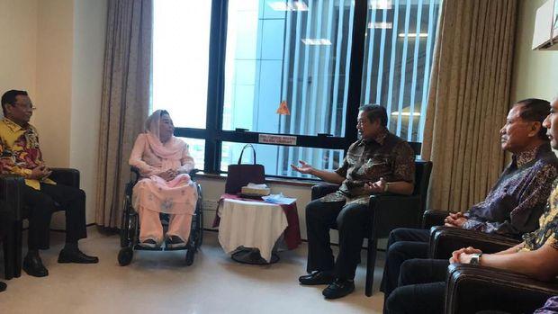 Suasana pertemuan antara SBY, Sinta Nuriyah Wahid, Mahfud Md dan Dahlan Iskan.