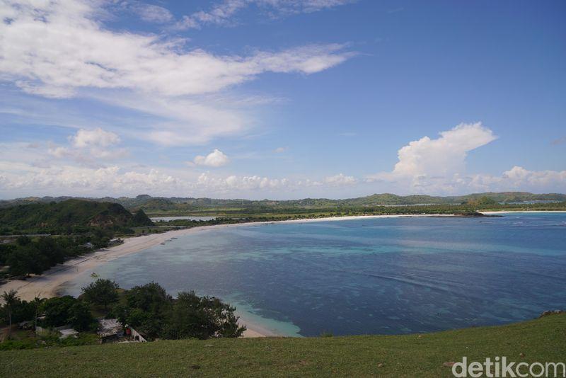 Beginilah satu satu spot pemandangan di Bukit Merese, Lombok Tengah. (Syanti/detikcom)