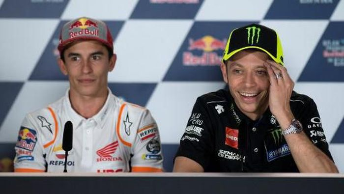 Monster Energy Yamahas Italian rider Valentino Rossi and Repsol Honda Teams Spanish rider Marc Marquez (L) attend a press conference at the Jerez-Angel Nieto Circuit in Jerez de la Frontera on May 2, 2019 ahead of the Spanish Grand Prix. (Photo by JORGE GUERRERO / AFP)