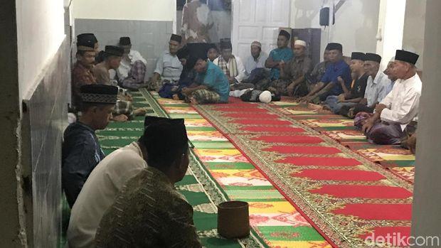 Jemaah Tarekat Naqsabandiyah di Sumbar salat tarawih, Jumat (3/5/2019)