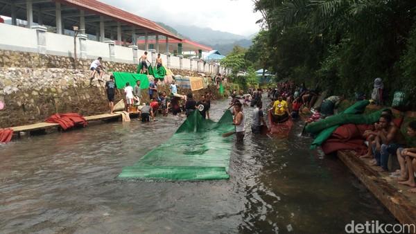Margiyono datang bersama beberapa warga membawa karpet dari tiga masjid yang ada di desanya (Aji Kusuma/detikcom)