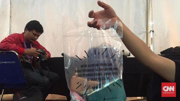Tas plastik untuk memindahkan semua barang di dalam tas sebelum masuk konser Ed Sheeran.