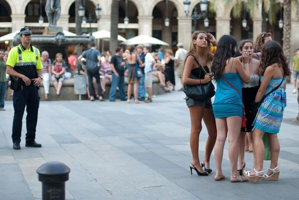Barcelona Urban Guard alias pihak keamanan setempat berjaga di sekitar Plaza Reial, untuk menjaga situasi (iStock)