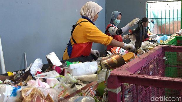 Para pekerja sedang memilah sampah