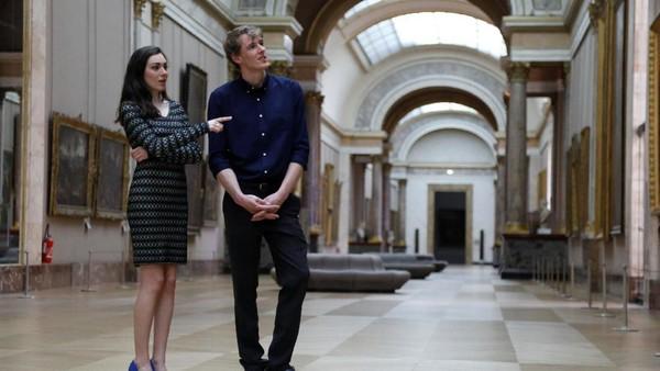Inilah pasangan paling beruntung sedunia, Daniela Molinari (26) dan pacarnya, Adam Watson (29). Mereka menang kompetisi Date Night at Louvre berhadiah kencan romantis semalam di Louvre. (Reuters)