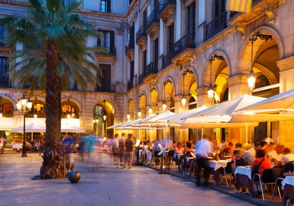 Bahkan saat malam hari, suasana di Plaza Reial makin semarak (iStock)