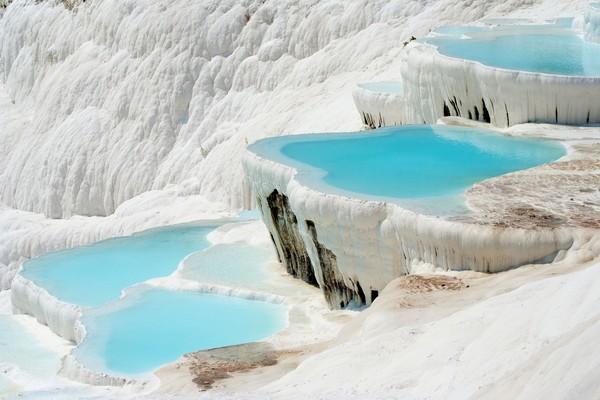 Secara keseluruhan, kolam air panas ini memiliki panjang 2.700 meter, lebar 600 meter, dan tinggi 160 meter. Sangat besar kan? Kolam air panas ini memang cukup besar karena terbentuk dari 17 sumber air panas yang bergabung menjadi satu. Untuk suhu air di Pamukkale mencapai 35 derajat Celcius sampai 100 derajat Celcius. (iStock)