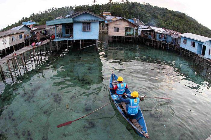 Dalam peringatan hari buruh 1 Mei 2019 lalu, pegawai PLN terus berjuang melaksanakan penyambungan listrik di Pulau Natuna, pulau cantik di ujung Indonesia. Pool/PLN.