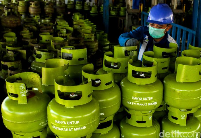 Petugas di SPBE Srengseng, Jakarta Barat, tengah menyusun ratusan gas elpiji, Jumat (3/5/2019).