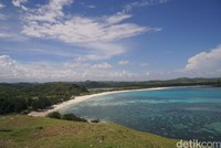 Dari puncaknya traveler bisa melihat indahnya Pantai Tanjung Aan. (Syanti/detikcom)
