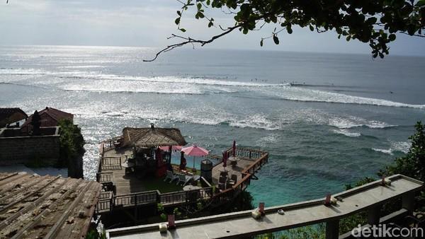 Pantai Suluban berada di kawasan Bali selatan ini tidak jauh dari Pantai Uluwatu. Pantai dengan pemandangan pasir putih yang diapit tebing tinggi ini merupakan salah satu kawasan favorit untuk berselancar. Selain untuk berselancar terdapat toko souvenir dan café di atas tebing yang menyuguhkan suasana sunset dengan suara deburan ombak yang eksotis. Untuk mencapai pantai hanya diperlukan waktu 20 menit dari Bandara Ngurah Rai. (Syanti Mustika/Detikcom)