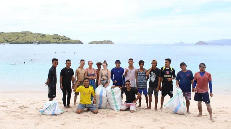 Kogeta bersih-bersih sampah di Pink Beach, Komodo (Istimewa)