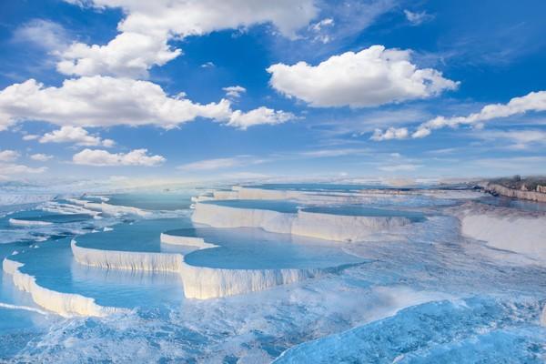 Putihnya bibir kolam dengan airnya yang biru jernih begitu menyilaukan mata kamera. Juga kolam yang bentuknya bertingkat-tingkat inipun menambah pesonanya. (iStock)
