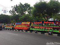 Papan Bunga 'Selamat Datang Presiden' Berjejer di Kantor BPN Aceh
