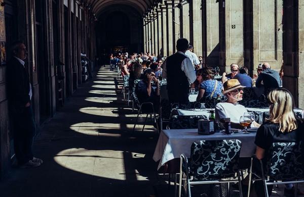 Kawasan Plaza Reial pun dipenuhi oleh restoran, kafe hingga toko suvenir (iStock)