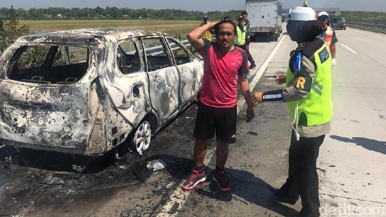 Sempat Tersendat Setelah Melaju 120 Km/Jam, MPV Ini Lalu Terbakar