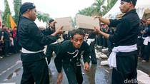 Aksi Menantang Ribuan Pendekar di Kirab Golok Raksasa Cilegon