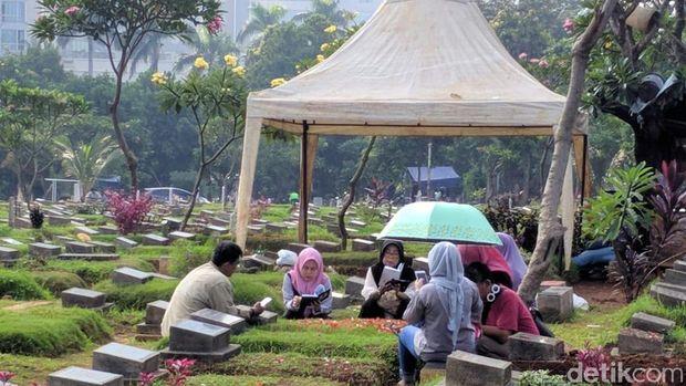 Jelang Ramadhan, Warga Ziarah ke TPU Menteng Pulo