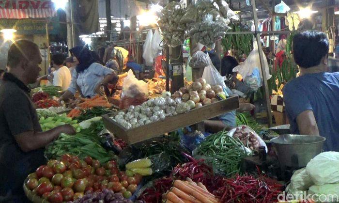 Menjelang bulan Ramadhan kebutuhan harga sembilan bakan pokok (Sembako) di Pasar Tradisional Pasar Rebo Purwakarta merangkak naik.