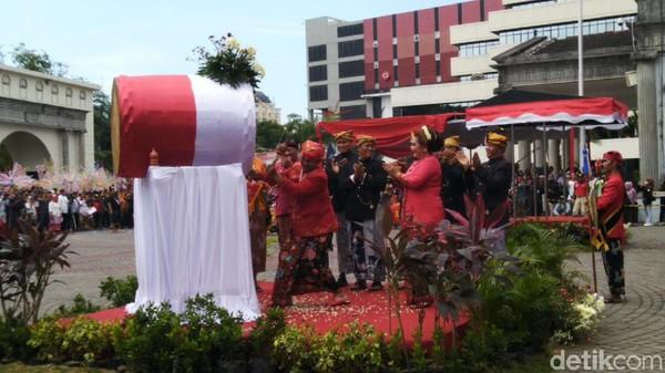 Bedug dan petasan masih digunakan untuk mengiringi prosesi sakralnya seperti kala pertama digelar sekitar tahun 1881. Tahun ini Dugderan jadi rangkaian HUT ke-472 Kota Semarang (Angling Adhitya Purbaya/detikcom)
