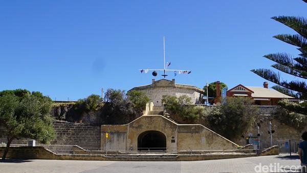Inilah bangunan publik tertua di Australia Barat, Roundhouse. Adalah gedung unik yang berbentuk bundar di tepi laut (Ahmad Masaul Khoiri/detikcom)
