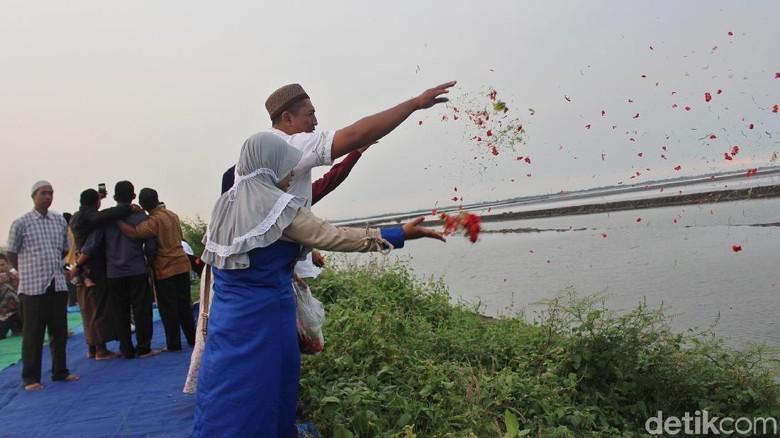 Jelang Ramadhan Warga Korban Lumpur Tabur Bunga di Atas Tanggul
