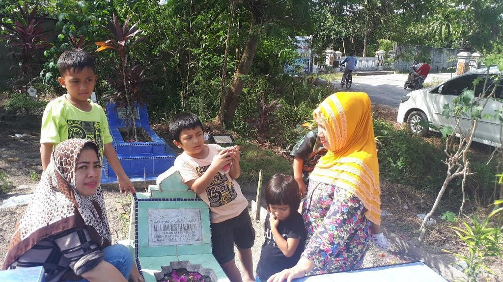 Merajut Rindu di Makam Keluarga Jelang Ramadhan