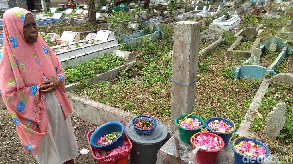 Cerita Nek Atikah, 15 Tahun Jual Bunga di Makam Kutablang Jelang Ramadhan