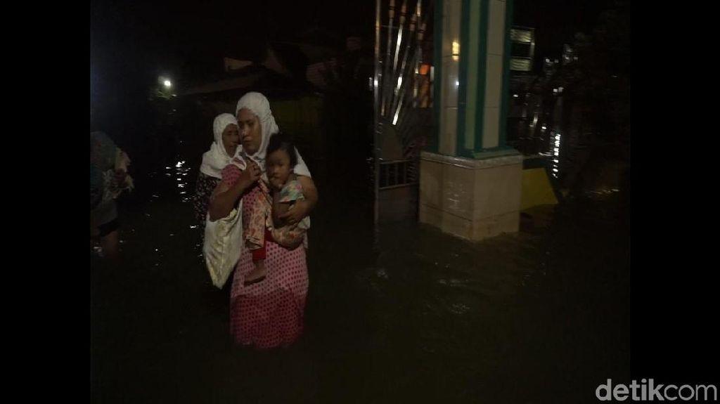 Potret Warga Gresik Salat Tarawih di Tengah Banjir