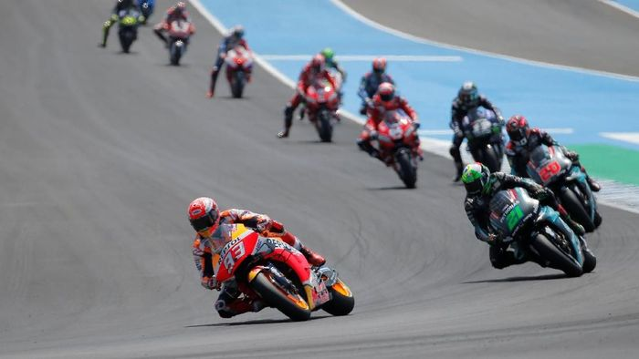 MotoGP - Spanish Grand Prix - Circuito de Jerez, Jerez, Country - May 5, 2019  Repsol Honda Teams Marc Marquez and Petronas Yamaha SRTs Franco Morbidelli during the race  REUTERS/Jon Nazca