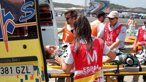 Remy Gardner mendapat perawatan tim medis usai mengalami kecelakaan.